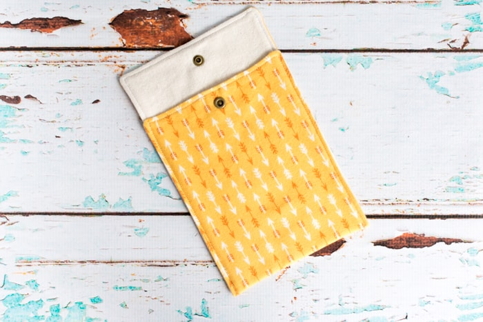 snaps attched to envelope-style e-reader case