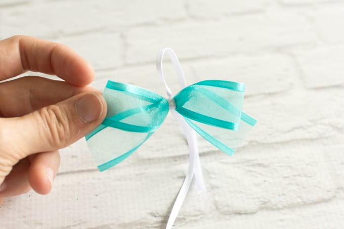 sinch down to make a bow